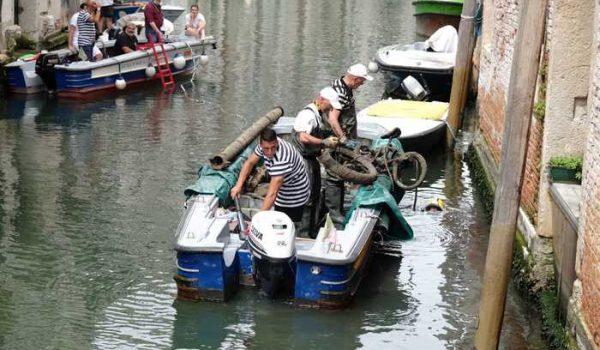 Venezia,gondolieri sub recuperano 1 tonnellata rifiuti da canali